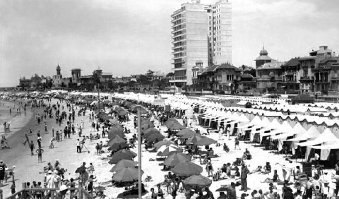Playa Pocitos y Hotel Rambla. Año 1936 (Foto 6655 FMH.CMDF.IMM.UY)