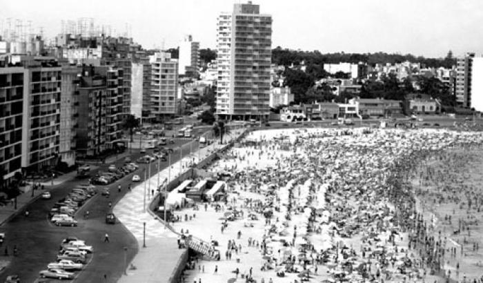 Playa Pocitos y Edificio El malecón. Año 1964 (Foto 10446 FMH.CMDF.IMM.UY)